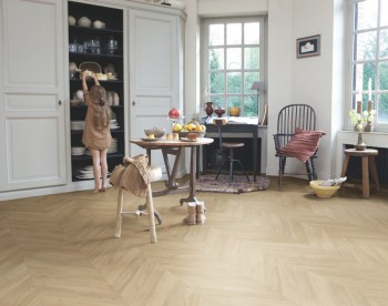 Roble-medium-chevron-laminado-quickstep-ambiente2